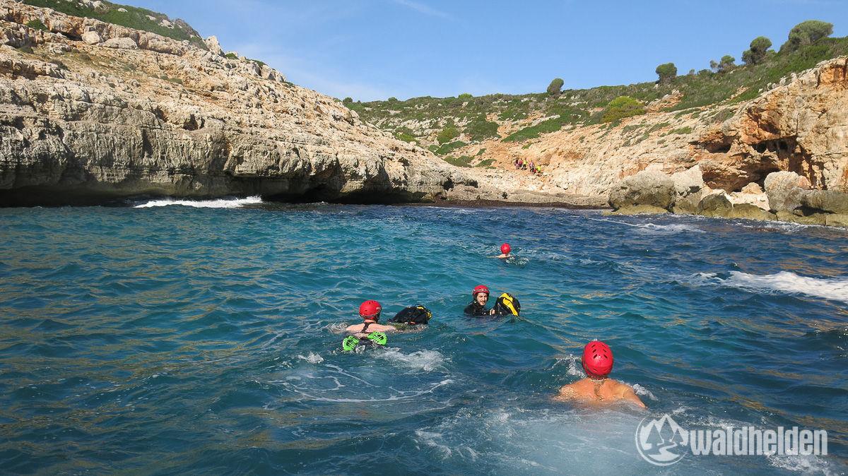 An Land schwimmen bei Cova des Coloms