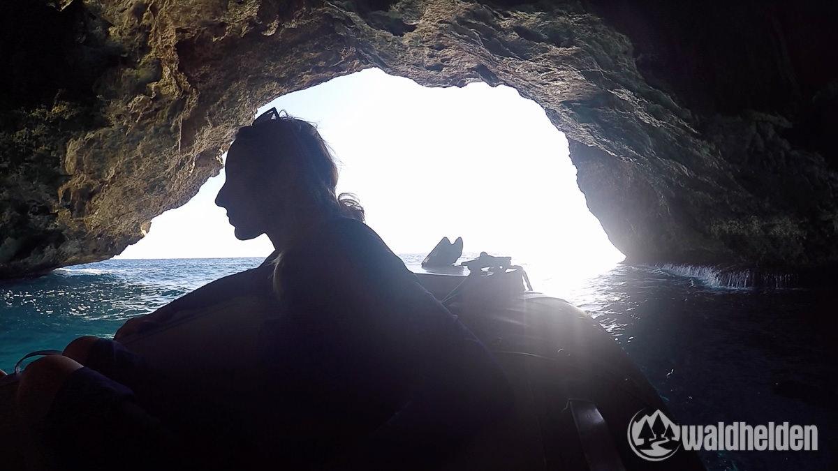 Mit dem Boot in der Höhle