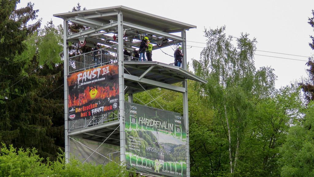 Die Megazipline Harzdrenalin im Harz. Von unten sieht es noch harmlos aus.