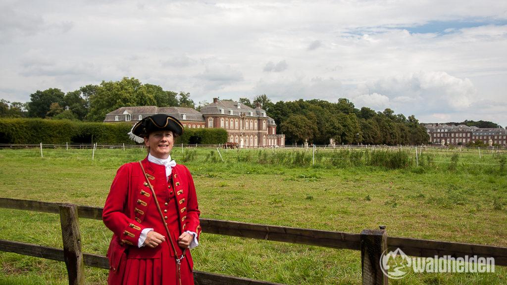 Welches Jahr war noch gleich? Frau Dr. Birgit Beisch führt uns durch die Gärten von Schloss Nordkirchen.
