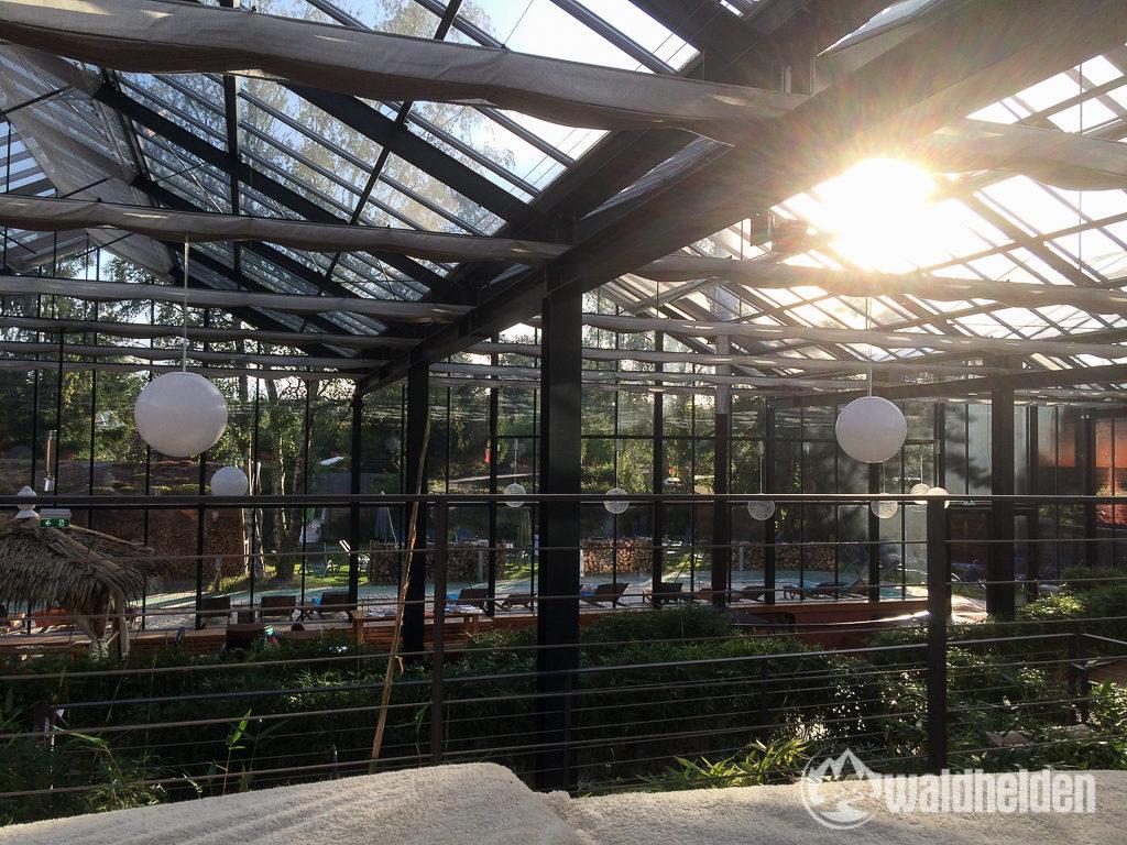 Hier läßt es sich aushalten. Blick aus dem Glashaus in den Saunagarten des Jammertal Resorts.
