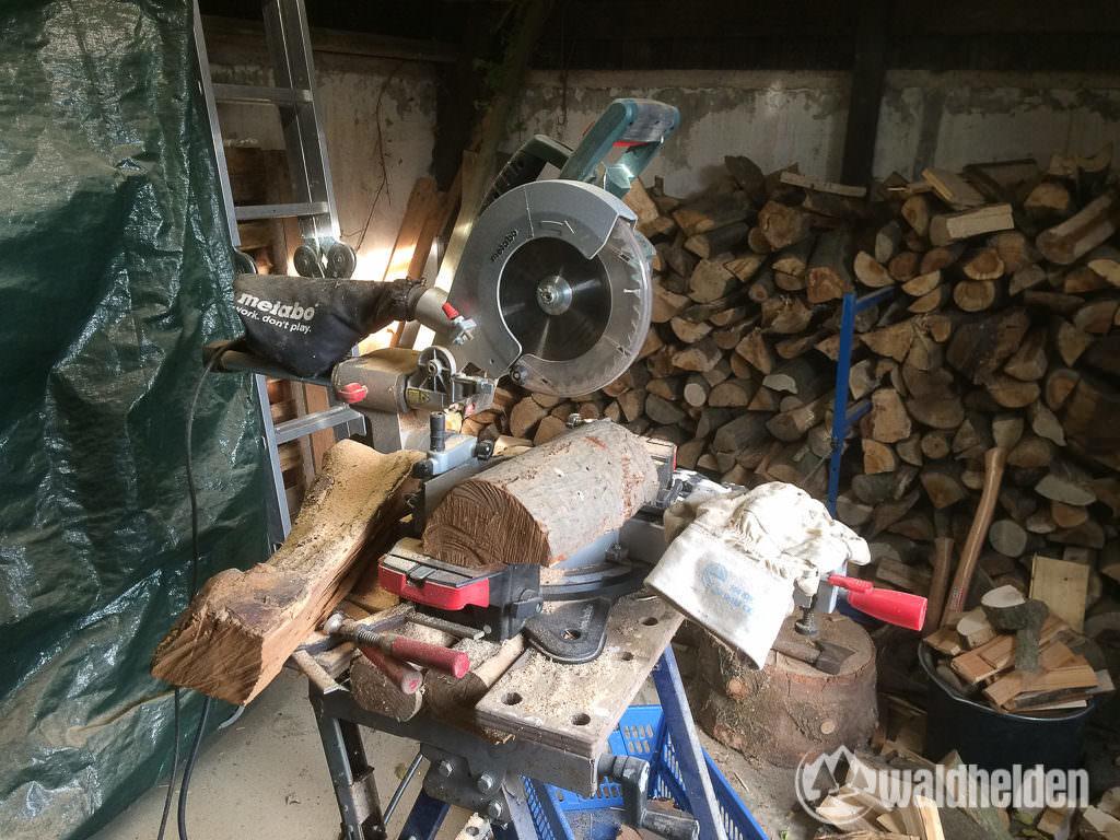 Holzplatten aus Brennholz sägen