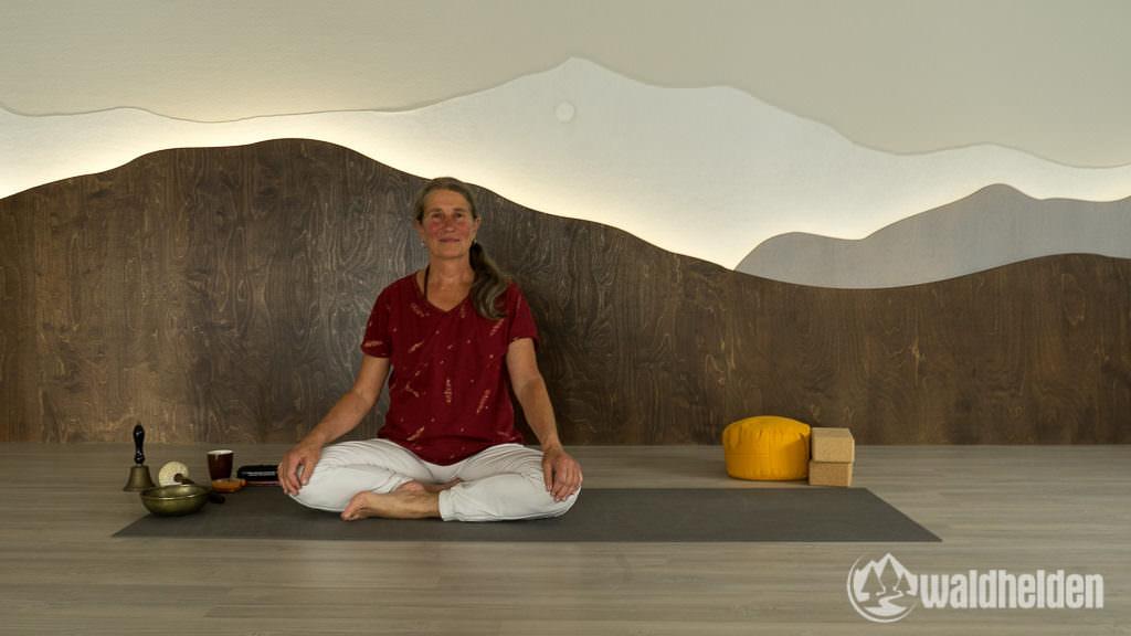 Yogalehrerin Nellie Kleinewillinghöfer führt uns durch unsere erste Yogastunde