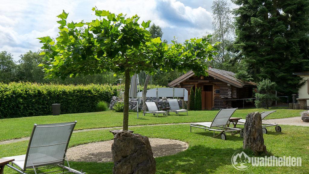 Lettische Liegebalken-Sauna im Garten vom Hotel Freund.