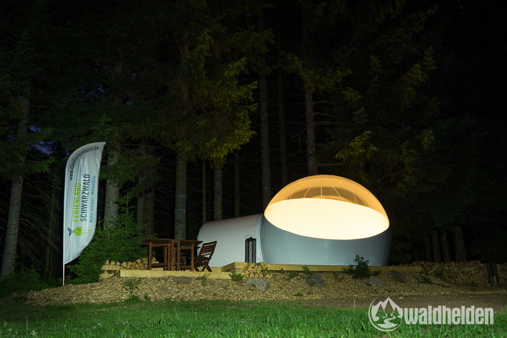 Bubble-Tent bei Nacht im Schwarzwald