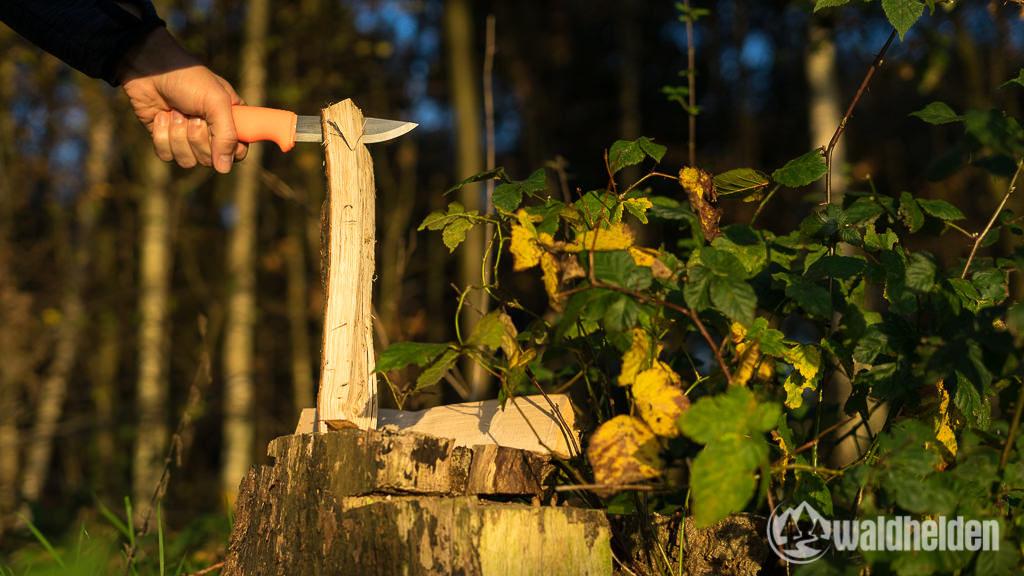 Morakniv Bushcraft Survival Holz spalten