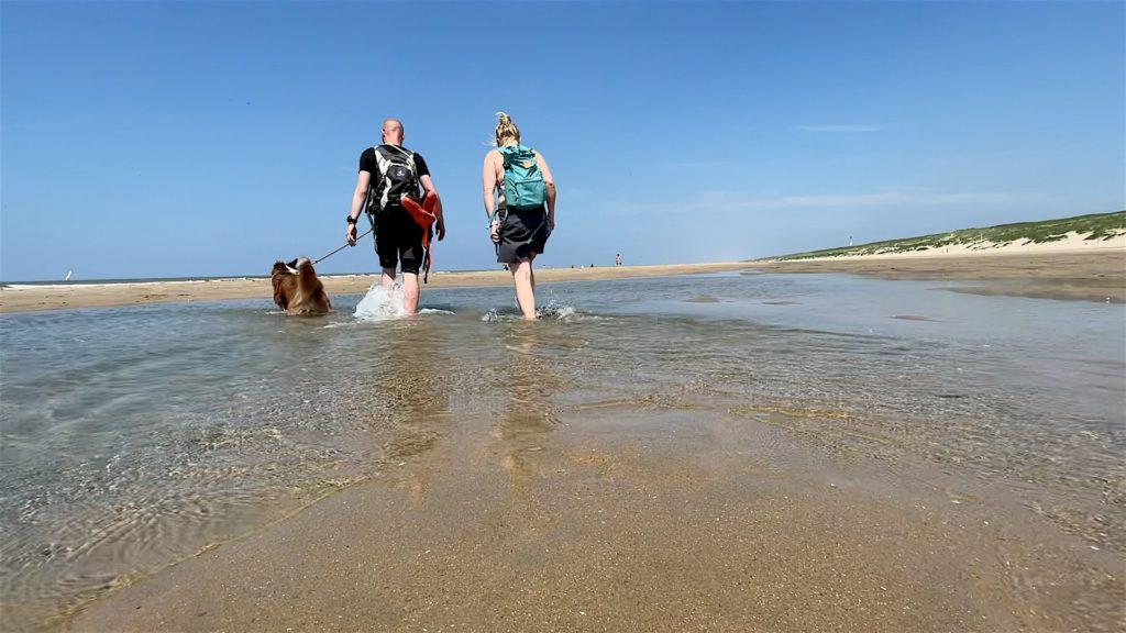 Macht Spaß durch die warmen Lagunen am Noordwijker Strand zu laufen, die von der Ebbe übrig geblieben sind.