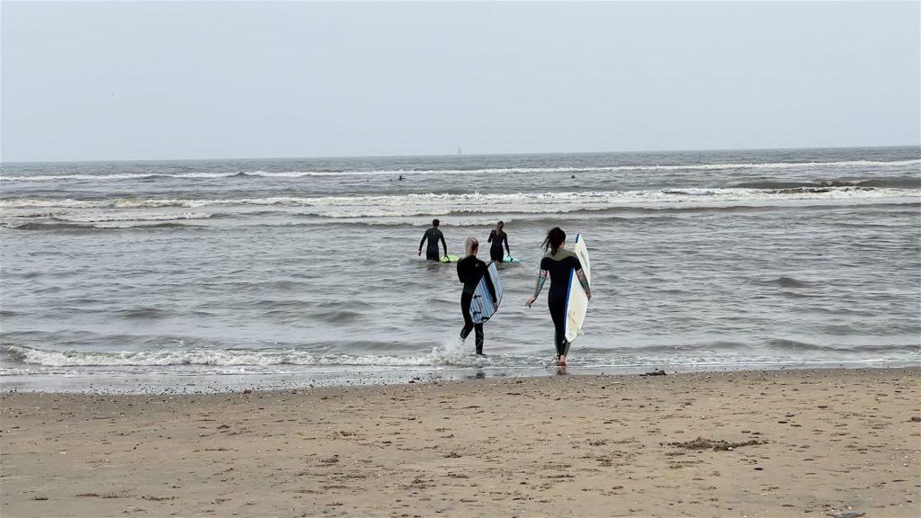 Das Wetter kann aber die hartgesottenen Surfer natürlich nicht aufhalten.
