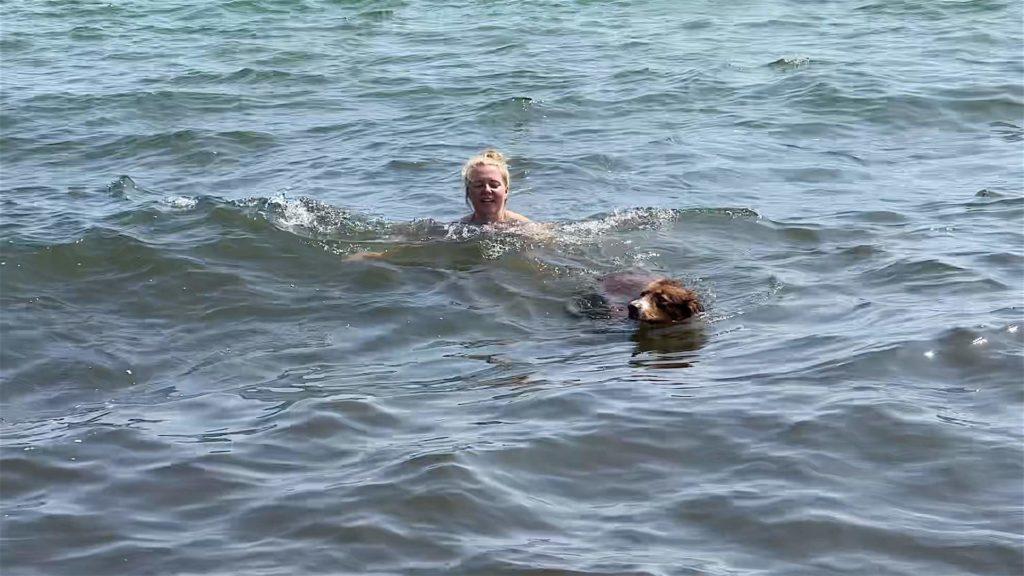 Die Wellen halten die Waldheldin und Herrn Lehmann natürlich nicht davon ab, eine Runde im Meer zu plantschen.
